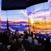 Foto van LG's gigantische, golvende OLED-televisiemuur op CES 2020.