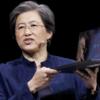 Foto van AMD-voorzitter Dr. Lisa Su die nieuwe laptop-hardware onthult gedurende een presentatie.