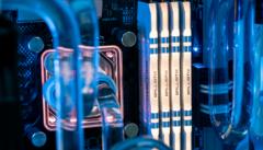 Foto van een viertal DRAM-schijven met verlichting, aangesloten in een compleet watergekoelde computerkast.