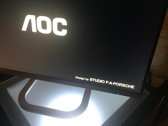 Bij het inschakelen zie je dat het scherm is ontworpen door Studio F. A. Porsche.