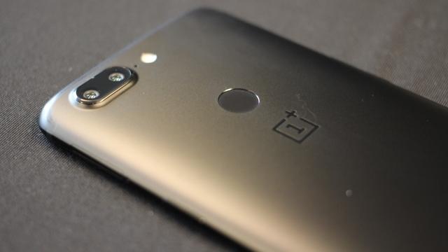 De vingerafdrukscanner van de OnePlus 5T zit aan de achterkant.