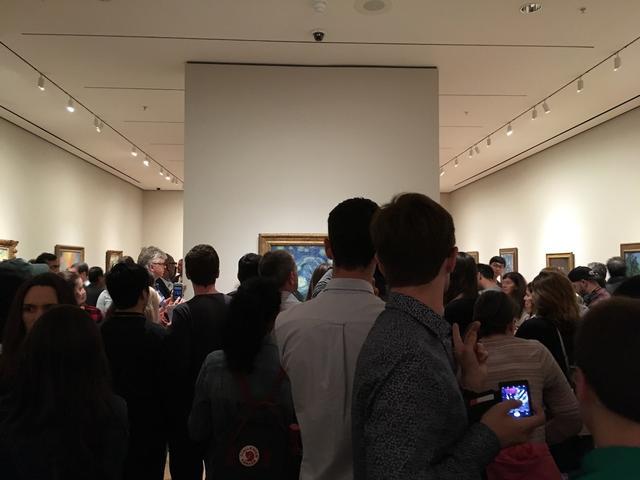 Foto van hoeveel mensen voor een schilderij kunnen staan