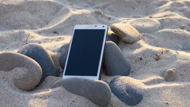 smartphone op het strand