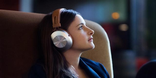 Adbeelding van een vrouw met een koptelefoon