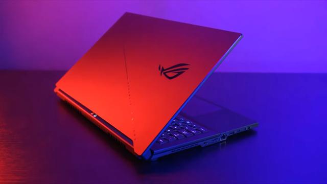 Screenshot uit een promotionele video voor Asus' nieuwe ROG-laptops. Afgebeeld is het nieuwe ROG Zephyrus S17 model, met opwaarts kerend toetsenbord.