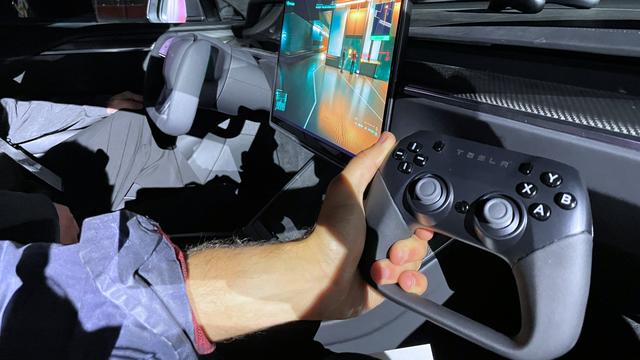 Foto van de Tesla-controller in de nieuwe Model S Plaid, met op het Navi 23-aangedreven infotainmentsysteem Cyberpunk 2077 draaiende.