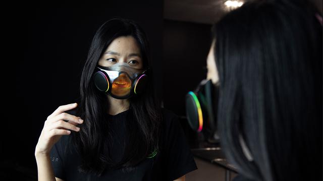 Foto van twee dames, beide met het Project Hazel-mondmasker van Razer op.