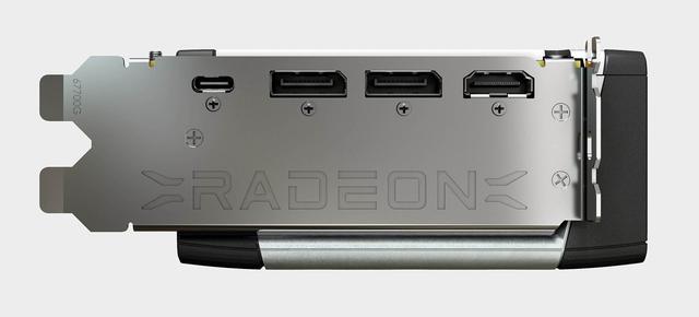 Achteraanzicht van een RDNA2-videokaart van AMD. De videopoorten zijn (van links naar rechts) usb-c, tweemaal DisplayPort 1.4a en één hdmi-connector.