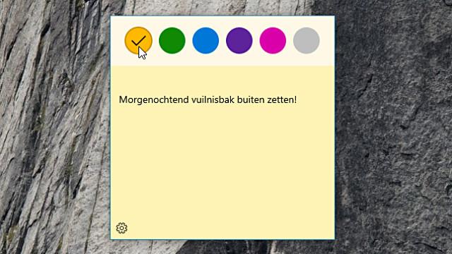 Een Sticky Note plakblaadje op het Windows 10 bureaublad