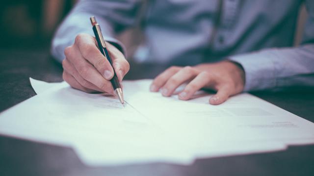 schrijvende man