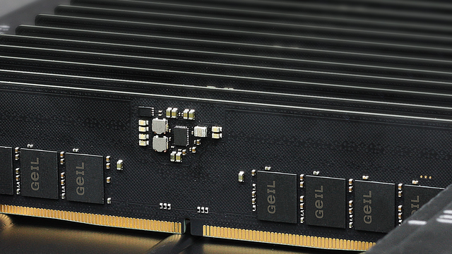 Foto van GeIL DDR5-geheugen op de fabrieksband.