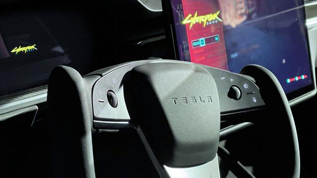 Foto van het nieuwe stuur in de Tesla Model S Plaid, met op het Navi 23-aangedreven infotainmentsysteem Cyberpunk 2077 draaiende.