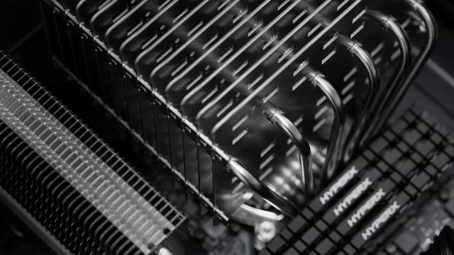 Interne foto van een pc uitgerust met de Noctua NH-P1, Noctua's eerste geheel ventilatorloze cpu-koeler.
