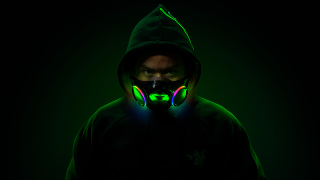 Gestileerde foto van een man met het Project Hazel-mondmasker van Razer op. De rgb-verlichting om de speakers en luchtwegen zijn duidelijk zichtbaar.