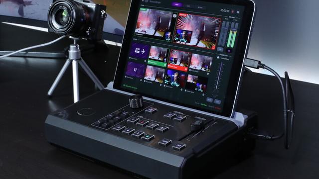 De Cooler Master StreamEnjin in gebruik, compleet met iPad en de bijbehorende StreamEnjin-applicatie.
