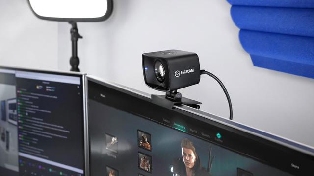 Productfoto van de Elgato Facecam, inclusief inbegrepen monitorklem en USB-C-kabel.