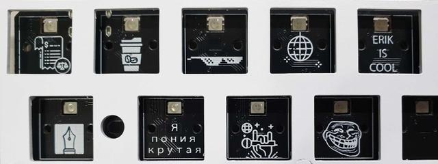 Voorbeelden van plaatjes en tekst die op een toetsenbord-printplaat gedrukt kunnen worden.