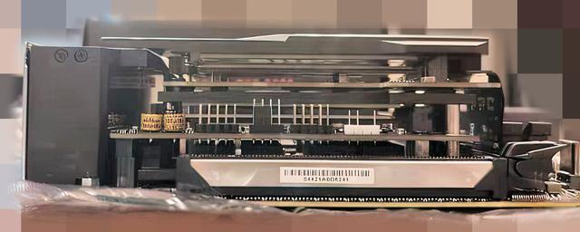 Profielaanzicht van het ASUS ROG Strix Z690-I Gaming Wi-Fi-moederbord, met een gelaafd ontwerp.