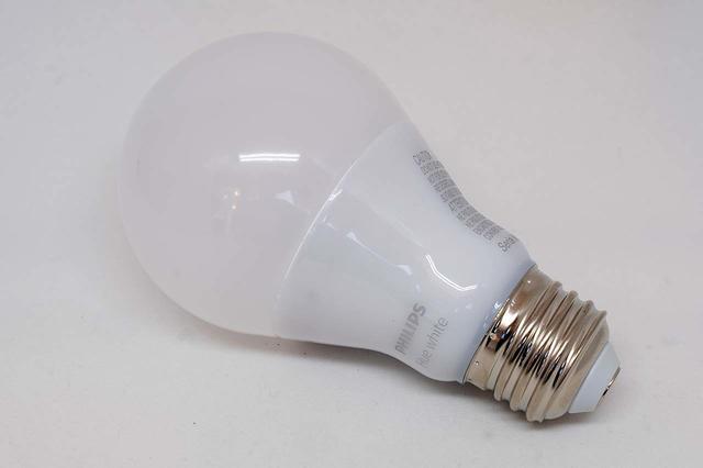 Zo'n lamp oogt onschuldig, maar kan een vervelend netwerk-achterdeurtje worden als het een buggy slim exemplaar betreft...