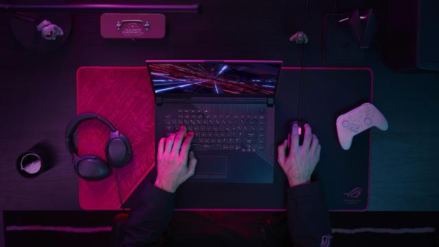 ASUS ROG Laptop handen